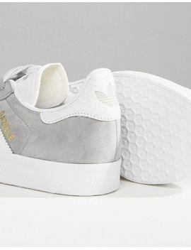 zapatillas-de-deporte-grises-con-ribete-de-efecto-serpiente-gazelle-de-adidas-originals by asos